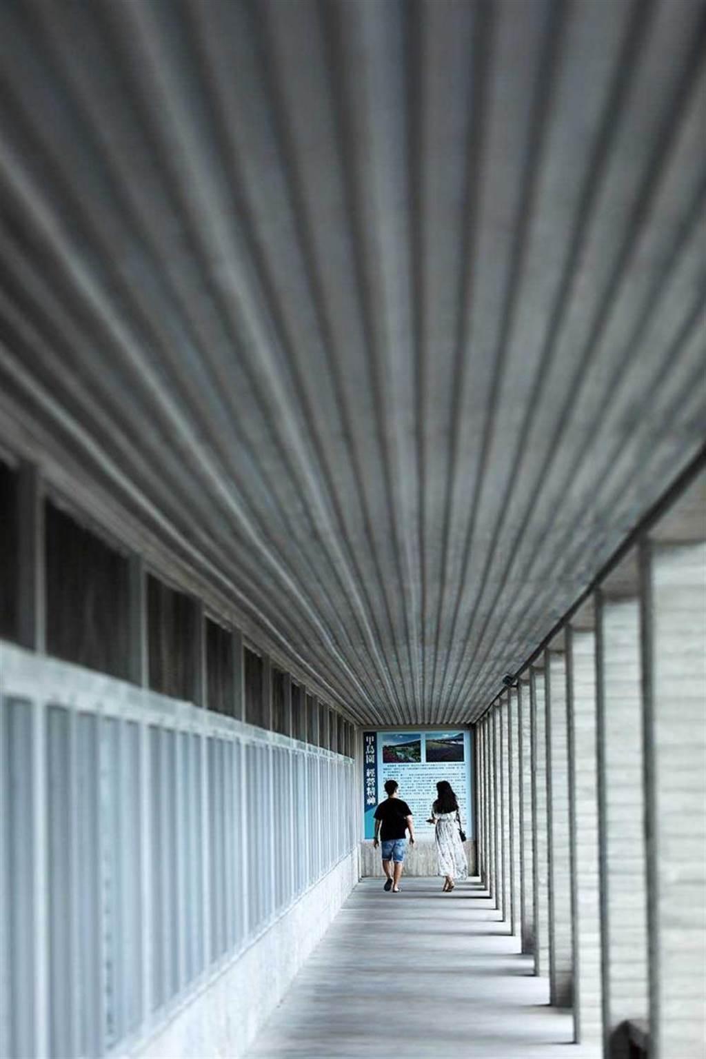 日式清水模的現代感建築,讓人很難想像「甲鳥園」的前身是已經營60多年的傳統鴨舍。(圖/于魯光攝)
