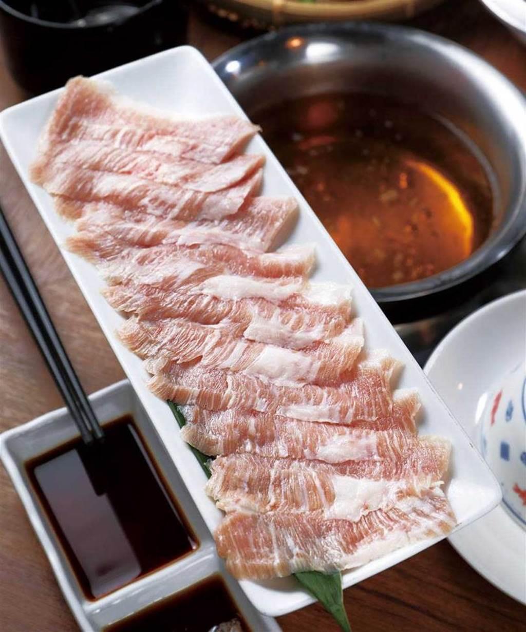 冷藏手切的「霜降松阪豬」,更能吃出Q彈爽脆的口感。(320元)(圖/于魯光攝)