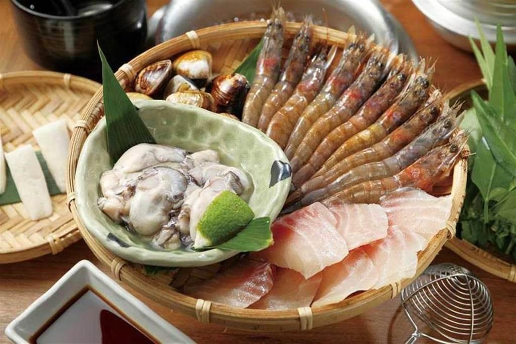 「綜合海鮮」能一次大啖東石蚵、宜蘭蛤、進口白蝦等種類豐富的海產。(500元)(圖/于魯光攝)