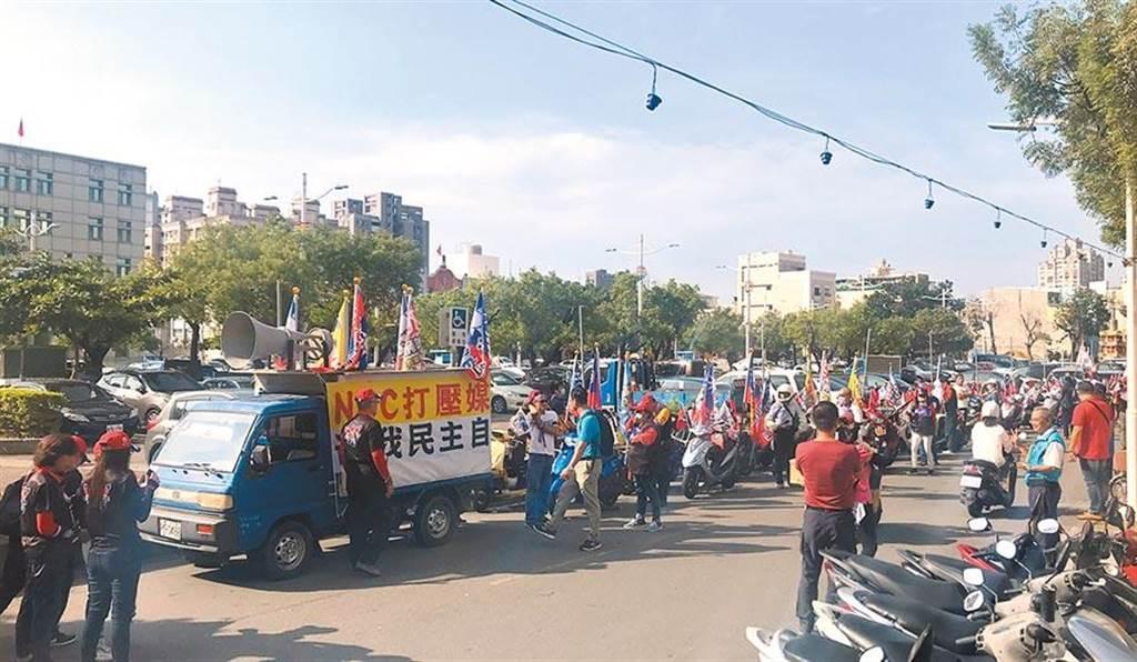 反對中天被關台,25日許多南部民眾聚集在高雄鳳山,捍衛新聞自由。(翻攝照片/林瑞益高雄傳真)