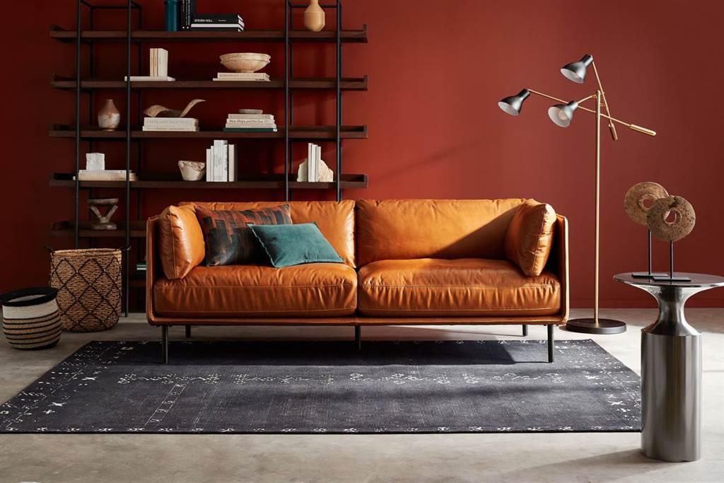 ▲Wells最新版經典皮製沙發既質樸又時尚,精簡椅腳和框架的外型,讓空間視覺看起來更加寬闊。(Wells最新版經典皮製沙發。圖片提供/Crate and Barrel)