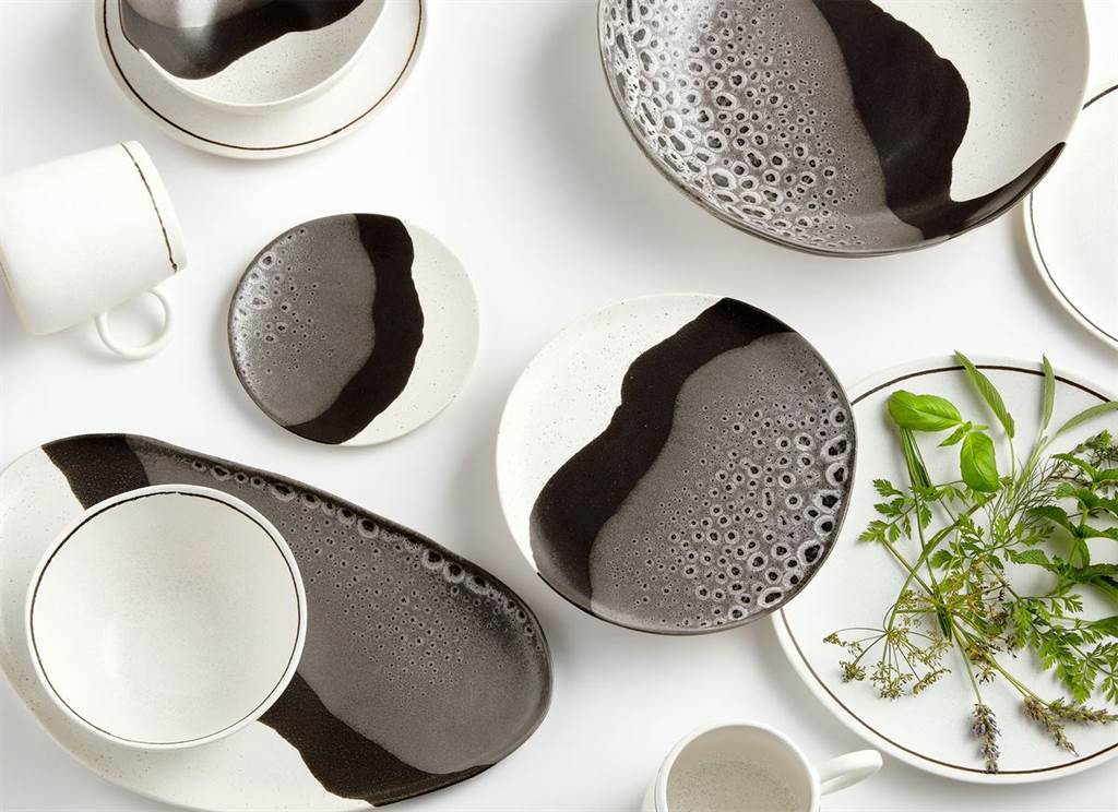 ▲由職人手工打造的餐具組,獨特簡約藝術設計,為餐桌注入有機風格美感。(Stella餐具。圖片提供/Crate and Barrel)