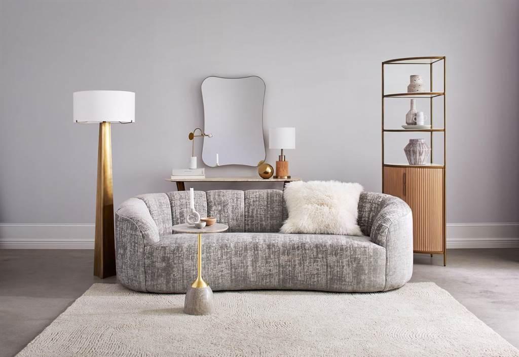 ▲前衛無突角的沙發設計,一體成型的厚實圓弧椅背環繞著高密度舒適椅墊,面料採用亞麻和棉料相互融合,營造出柔軟的雪尼爾手感與現代仿舊效果,表面帶有絨布光澤,簡約卻不失奢華感的設計,形塑客廳中的視覺焦點。(Rouelle三人座沙發。圖片提供/Crate and Barrel)
