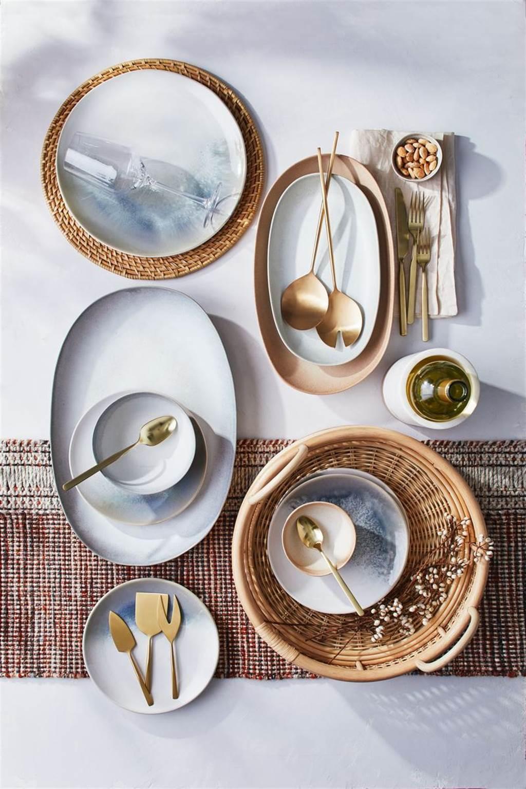 ▲以奶油色、橙色、灰色和淺灰色的釉料製成的餐具組,並向碗盤邊緣逐漸加深,增添了手工美感。(Pebble餐具。圖片提供/Crate and Barrel)