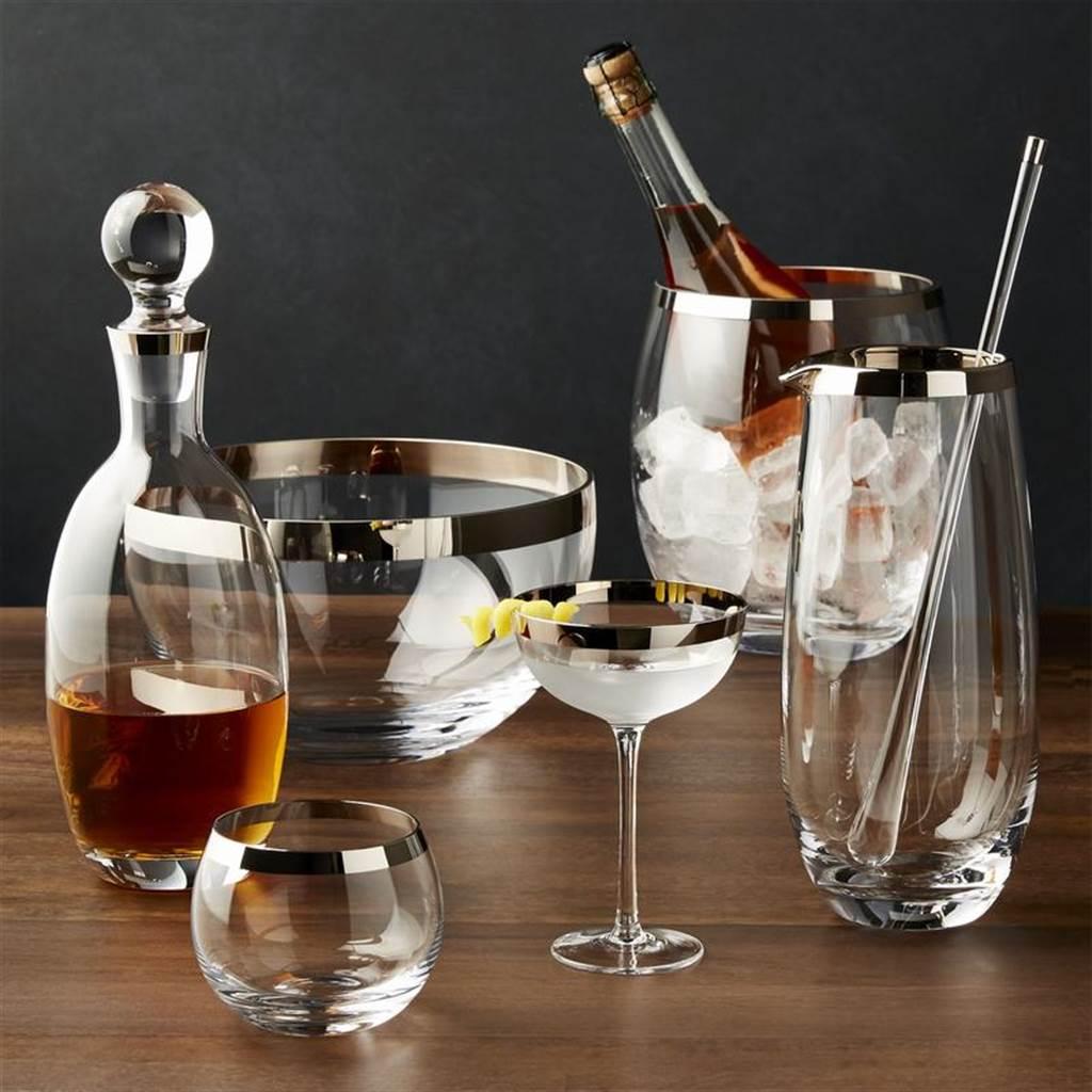 ▲以歐洲的工匠以傳統的木製模具製作此款獨特的玻璃器皿,透過切割和用火進行拋光後,於杯口以手工方式塗上了金屬帶,增添其酒杯奢華氣息。(Pryce酒杯系列。圖片提供/Crate and Barrel)