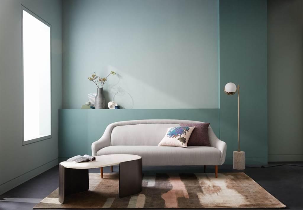 ▲低扶手設計打造流暢造型,讓圓形緊緻的椅背和寬敞的座椅成為沙發的焦點。燈芯絨材質搭配線性對比和觸感鮮明的紋理,增添柔軟觸感與舒適度,圓形實心天然色塗裝橡木椅腳,增添輕量質感,縮小扶手背靠的使用寬度,增加座椅使用空間,十分適合空間侷限的房間擺置。(Amalie雙人座沙。圖片提供/Crate and Barrel)