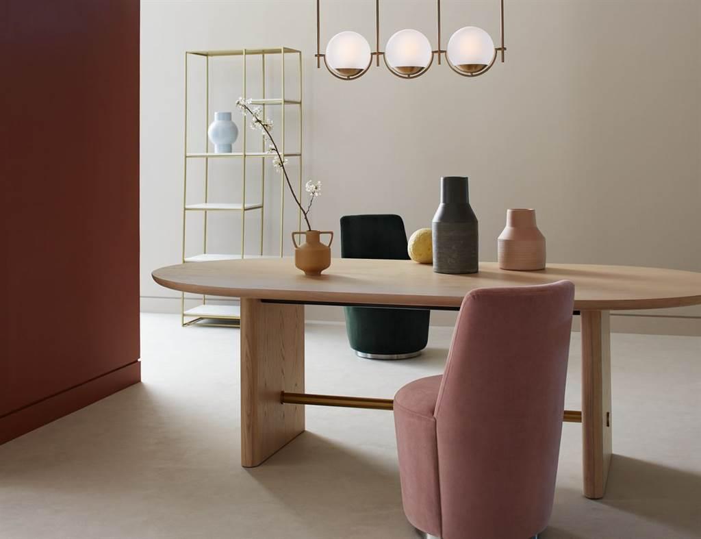▲淺色系的自然橡木並設計成橢圓形狀餐桌,看起來清新而時尚,椅腳延伸同色系橡木,設計成圓弧平版樣貌,中間輔以黃銅圓柱,簡約不失奢華感,搭配以支撐性極佳的椅墊和帶有奢華感的天鵝絨椅布所打造餐椅,保持外觀輕巧和豪華感。(Oli餐桌+Ofelia餐椅。圖片提供/Crate and Barrel)