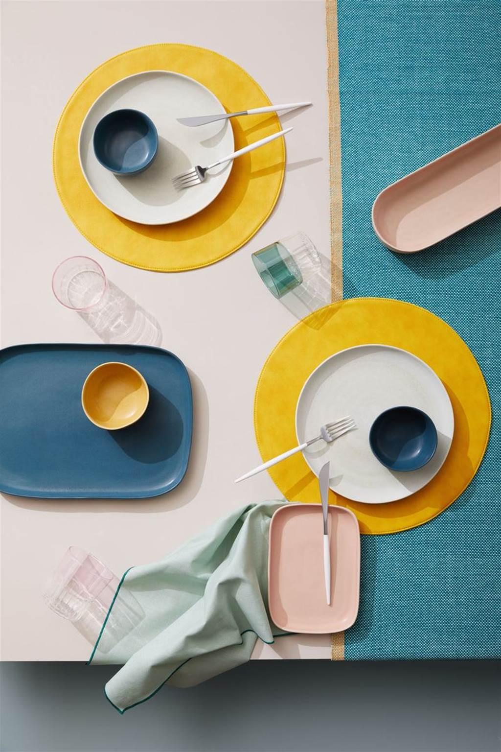 ▲藉由釉料與細微的色調變化打造的餐具組,賦予手工感外觀,隨興混搭使用,打造出具有現代感的彩色餐桌。(Coimbra餐具系列。圖片提供/Crate and Barrel)