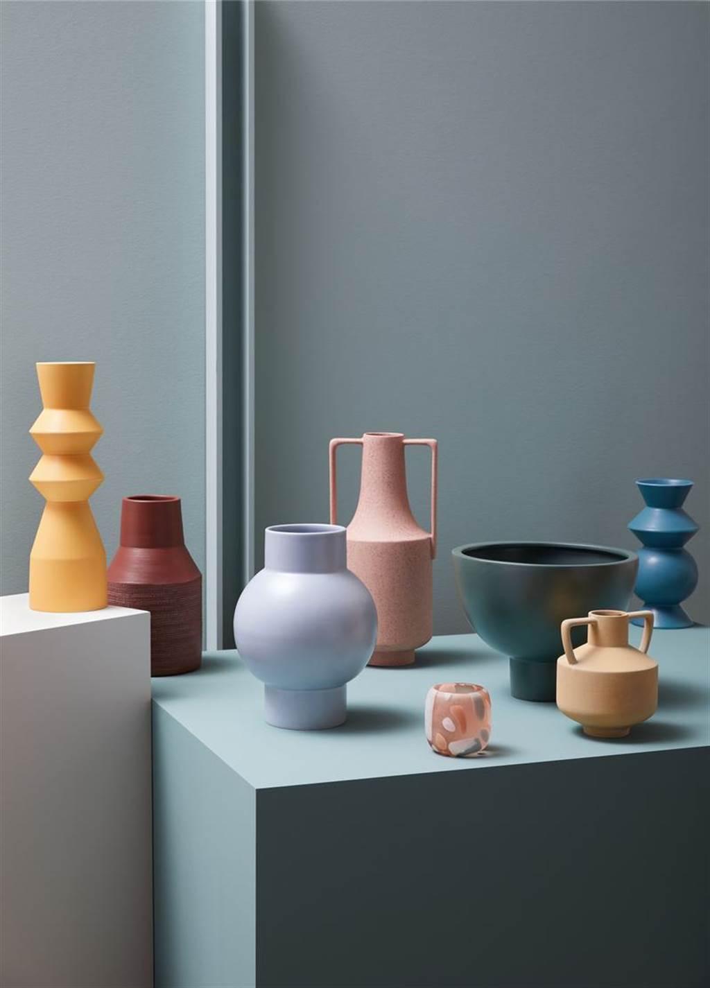 ▲釉面陶器花瓶,皆是純手工製作,具現代感造型,可單獨擺放或與其他系列花瓶混搭,適用於人造枝花。(陶瓷花器。圖片提供/Crate and Barrel)
