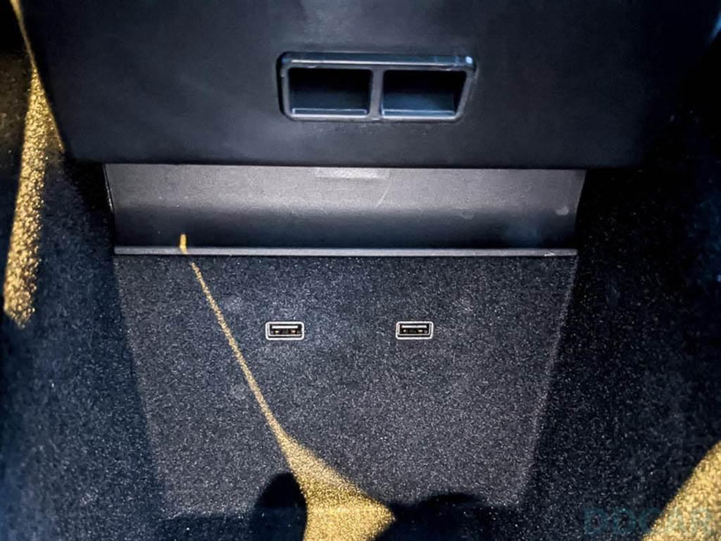 安裝位置就是 Model 3 前方二組 USB A 插槽,再次提醒,只有這種樣子的 A+A 舊版 Model 3 可以用。