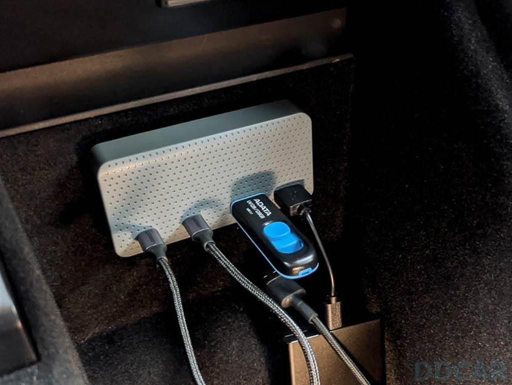 左邊二孔具備 18W 快充,充電就請乖乖用左邊二個 C 孔;右邊二孔具備資料讀寫功能,所以隨身碟卡和哨兵/行車紀錄器使用的儲存裝置都要插右邊。當然右邊二組 USB A 也可以充電,單孔最高 5W,但雙孔同時用也是共享 5W,所以這裡用來接隨身碟剛好,不適合充電,也不適合裝高功率的 SSD。