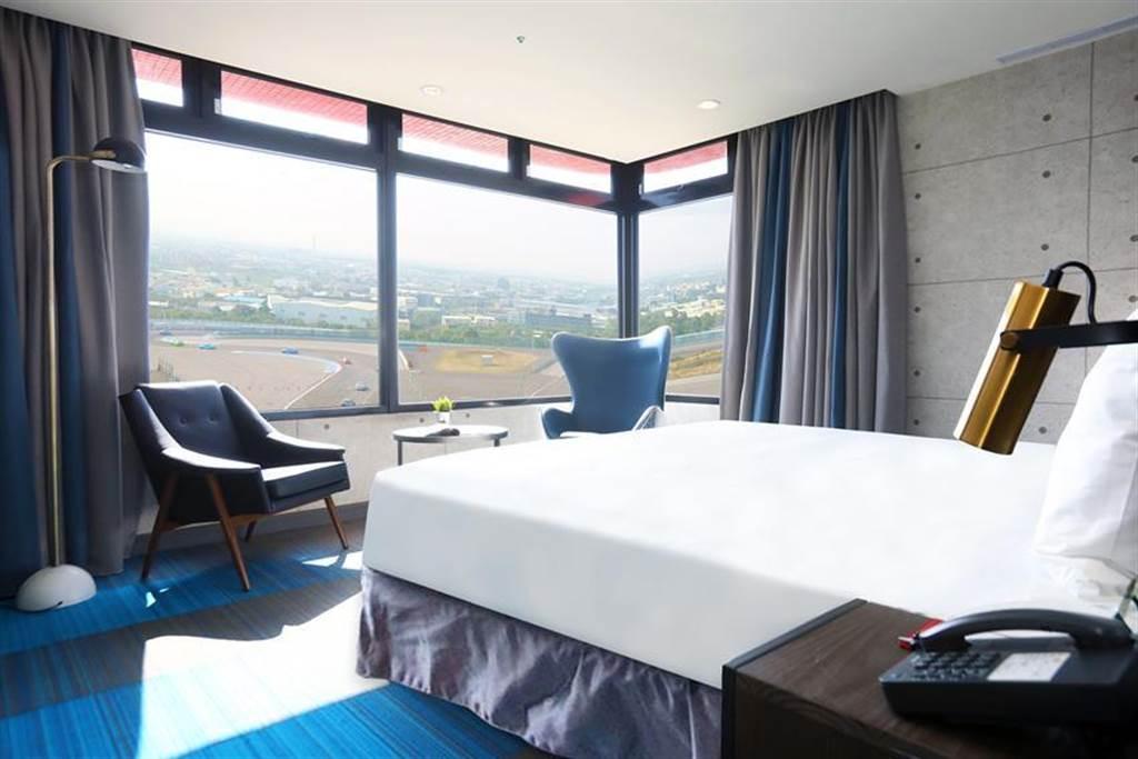 (麗寶賽車主題旅店緊鄰麗寶國際賽車場,近半數客房可俯瞰G2賽道風光。圖/麗寶提供)
