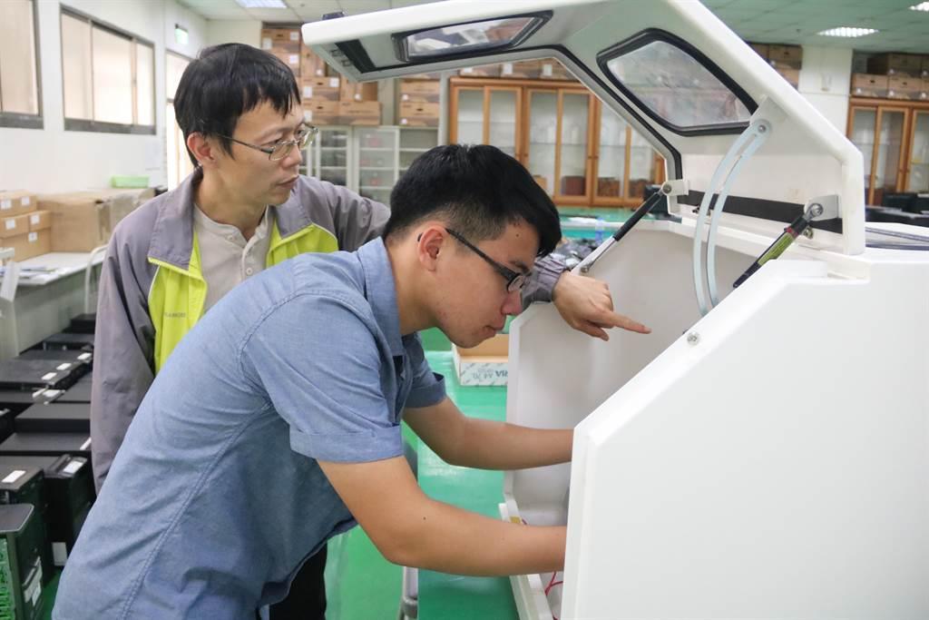 弘光醫工系大三學生莊益淳(右)在老師鮑建國(左)指導下,成績始終維持第一。(陳淑娥攝)