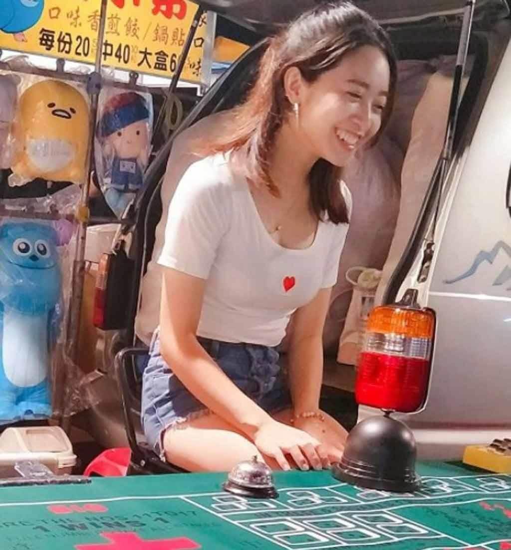 在台南花園夜市顧攤的一名美眉,清純笑容融化人心。(照片來源:取自臉書社團《爆怨2公社》)