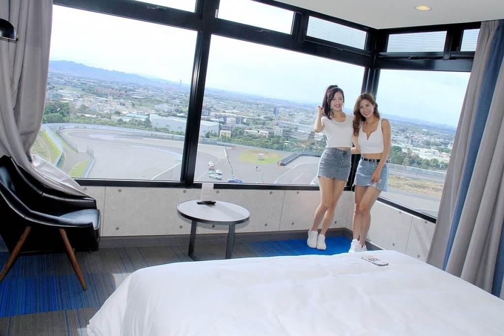 全台唯一賽車旅店:麗寶T11、T12 Hotel 躺著就可觀看賽事