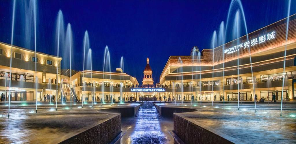 麗寶Outlet Mall-斥資3千萬打造的科莫湖水舞燈光秀。並且每周六、日以及國定假日晚間都會舉辦璀璨的煙火秀及戶外表演活動。