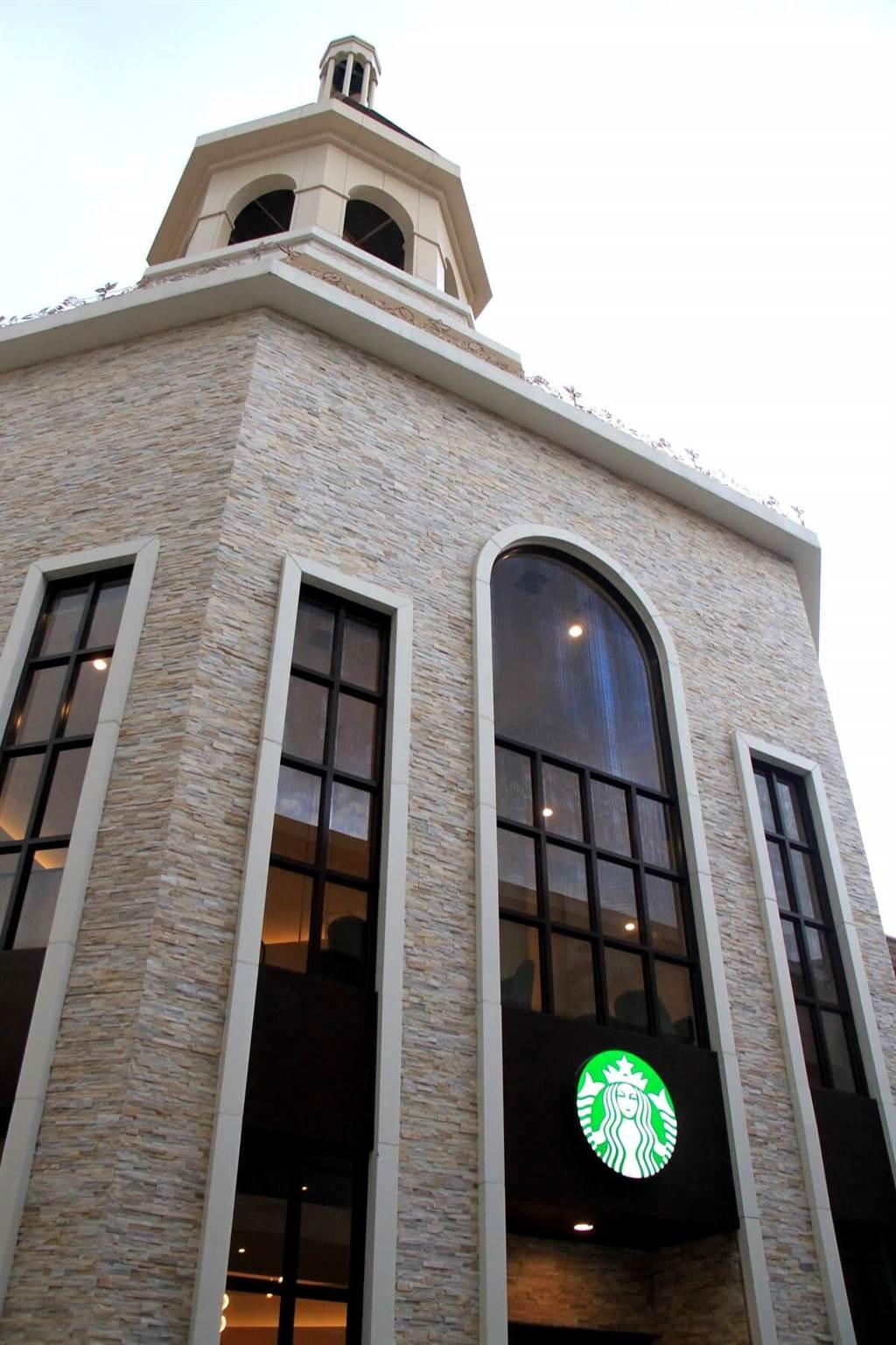 新開幕的Outlet二期有全球唯一由星巴克總公司授權興建的八角形鐘樓,每個整點都會敲鐘一次,而內部共有兩層樓,而工作臺位在中央被所有座位包圍著,所以任一座位都能聞到相同曾度的咖啡香。