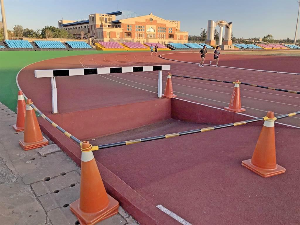 金門縣立運動場障礙賽道水坑緊貼於400公尺標準跑道外側,很容易讓人不慎踩空受傷。(李金生攝)