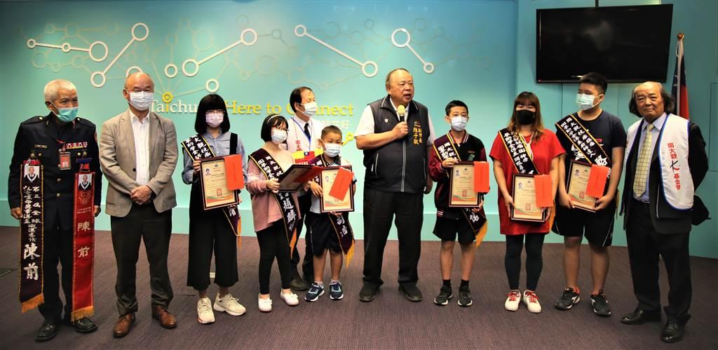 台中市副市長陳子敬(右五)26日頒發助學金給6名罹癌小勇士,鼓勵勇敢面對病情,朝人生目標邁進。(盧金足攝)