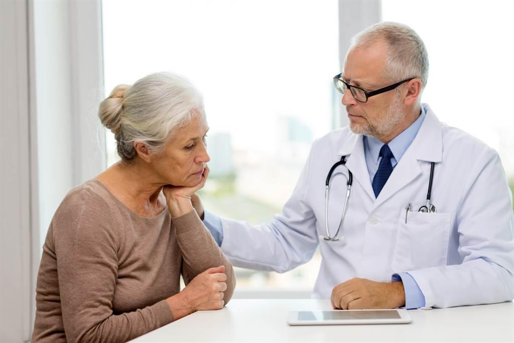 一位年約60歲的患者突然性情大變,常常健忘,家屬懷疑有失智症狀。不過醫師一看抽血報告後,發現是跟患者長年的飲食習慣有關(圖取自達志影像/示意圖非當事人)