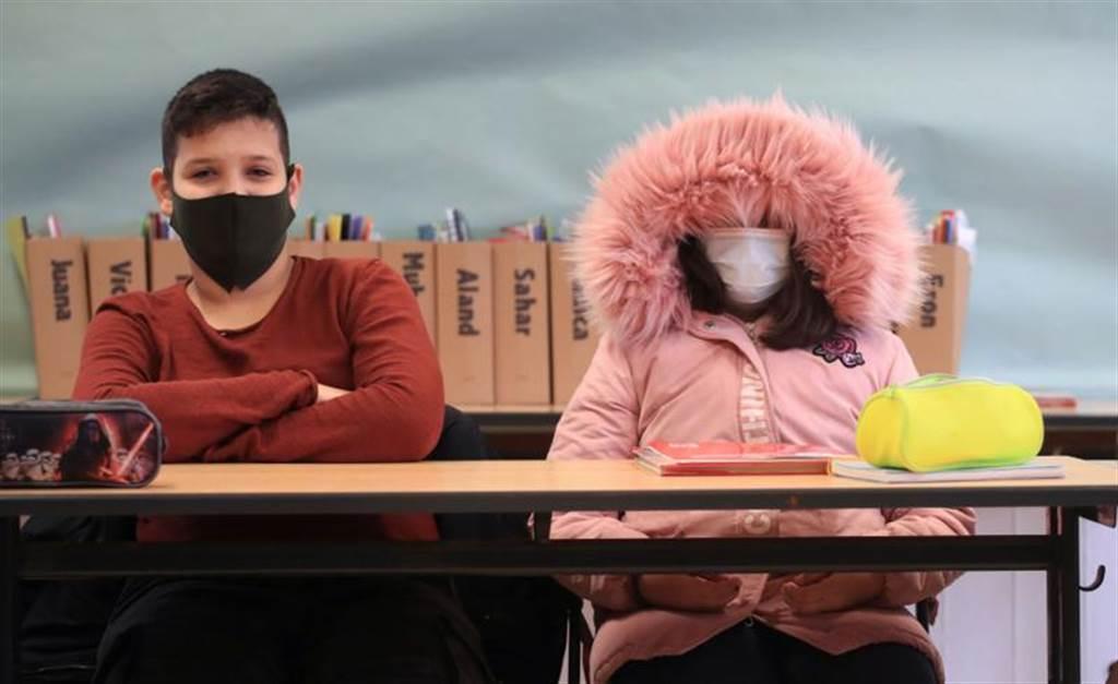 德國疫情一發不可收拾,北萊茵-西發利亞的女學生,全副武裝上課。(路透)