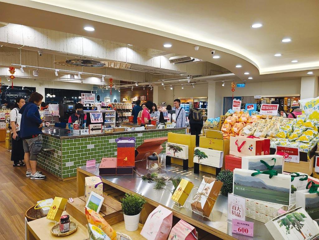 池上傳統農會超市升級為「天龍國」級超市,走類日本百貨超市概念,銷售以池上為主的台東青農、特產伴手禮,年初至今業績增逾50%。圖/邱莉玲