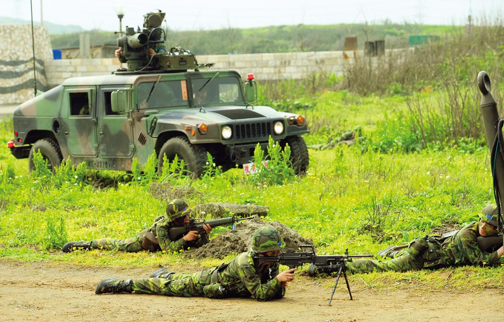 圖為800名後備軍人在桃園縣海湖模擬岸灘擊退登陸解放軍,接受動員的後備軍人利用拖式(TOW)反坦克飛彈,模擬灘擊退登陸解放軍坦克。(本報資料照片)