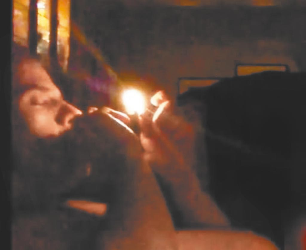 富豪郭文貴的影音網站GTV發布號稱是拜登之子韓特與數名女子床戰影片,這名疑似韓特的男子在床戰過程中吸毒。(摘自推特)