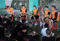 黃金世代五虎造訪校園 小球員求「拜師學藝」