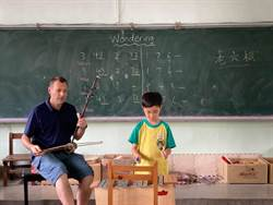 上課像LIVE秀 中市西屯國小明星級外語老師拉二胡教英語