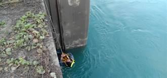 男酒後看釣魚落水 手攀水門撐1小時終獲救