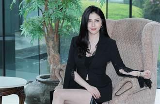 韩瑜制服穿搭超逆龄 膝上短裙秀长腿 网看傻:根本18岁少女