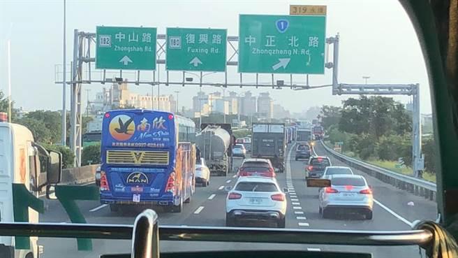 國1台南交流道出口招牌改這樣 網一看照片:有佳龍 會搞事 (圖/臉書粉專台南式)