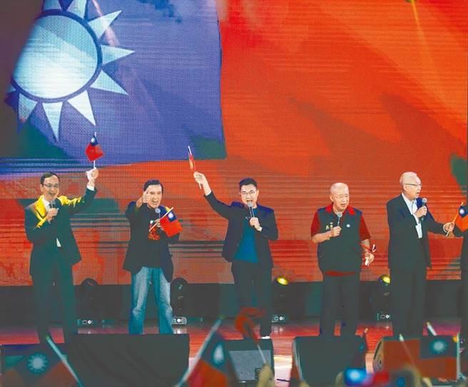 國民黨紀念台灣光復75周年音樂會活動25日舉行,國民黨主席江啟臣(中)帶領歷任黨主席,前總統馬英九(左二)、吳伯雄(右二)、朱立倫(左一)及吳敦義(右一)合唱「媽媽請妳要保重」等歌曲。(陳怡誠攝)
