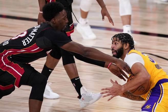 熱火阿德巴約(左)試圖搶走湖人戴維斯的球。(美聯社資料照)