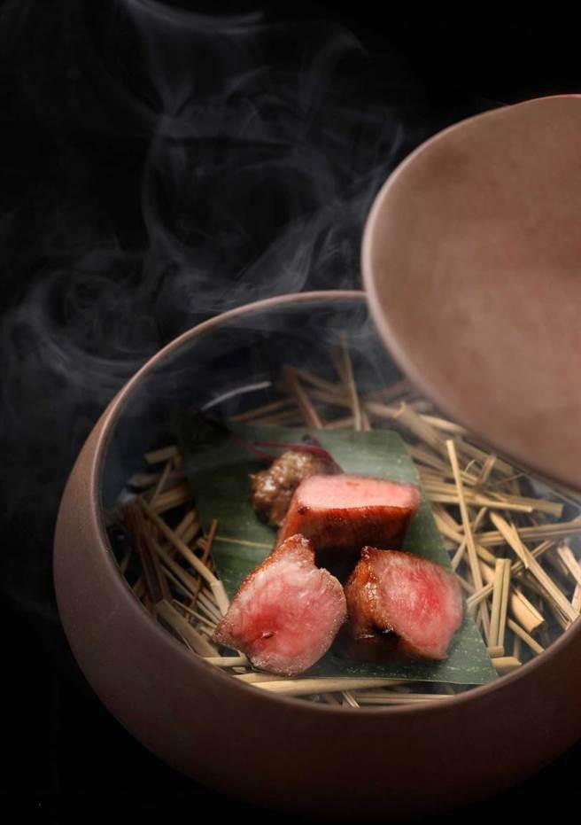 日本A5和牛佐蟹肉。(圖/樂軒和牛割烹提供)