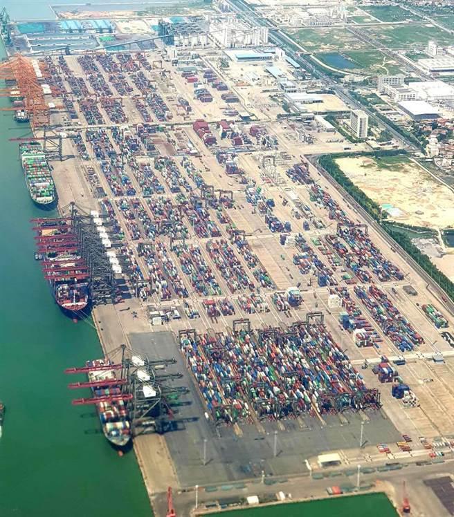 中共十九屆五中全會今起在北京召開,將審議十四五規劃。圖為廈門港碼頭。(藍孝威攝)