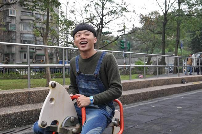 蕭昊祥大一時爭取到華視連續劇中的角色,為了扮演智力受損的「家寶」,他不斷揣摩練習。(翻攝照片/林郁平台北傳真)