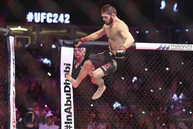 UFC輕量級格鬥拳王「大鵰」奈戈梅朵夫宣告退休。(美聯社資料照)