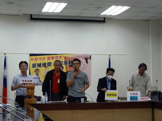 民間反瘦肉精毒豬聯盟發言人李建誠(中立者)出 席公聽會之前,召開記者會。(邱新博攝)