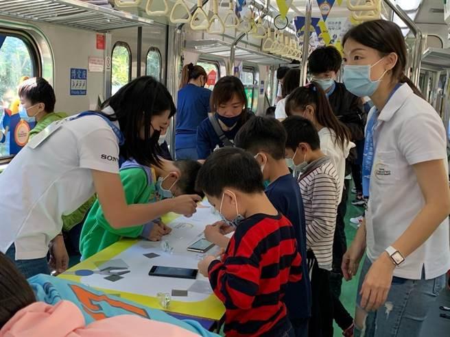 學童在科普列車上體驗科學實作(科技部提供)