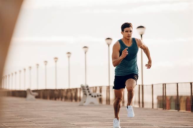 大陸一名大一新生在跑完400公尺快跑後死亡,校方事後不願提供家屬監視器畫面。(示意圖/達志影像/Shutterstock提供)