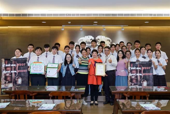 執行長李希昌(右4)與校長林秋惠(右5)、外語中心主任張少芹(左5)及高二27位學生合影留念。