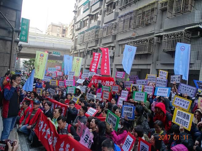 教師團體抗議年金改革(新北教產提供/簡立欣台北傳真)
