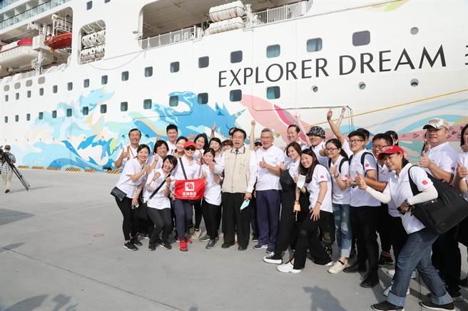 環島郵輪「星夢郵輪探索夢號」26日首航靠泊安平港,由台南市長黃偉哲(著米黃夾克者)喜迎賓客。(李宜杰攝)