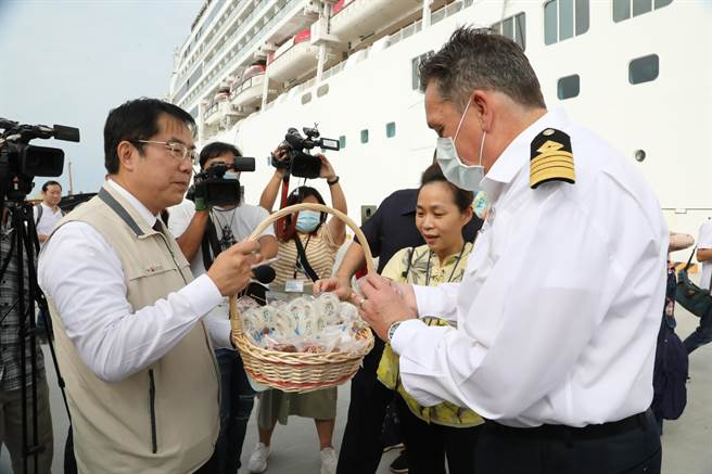 環島郵輪「星夢郵輪探索夢號」26日首航靠泊安平港,由台南市長黃偉哲(左)喜迎賓客。(李宜杰攝)