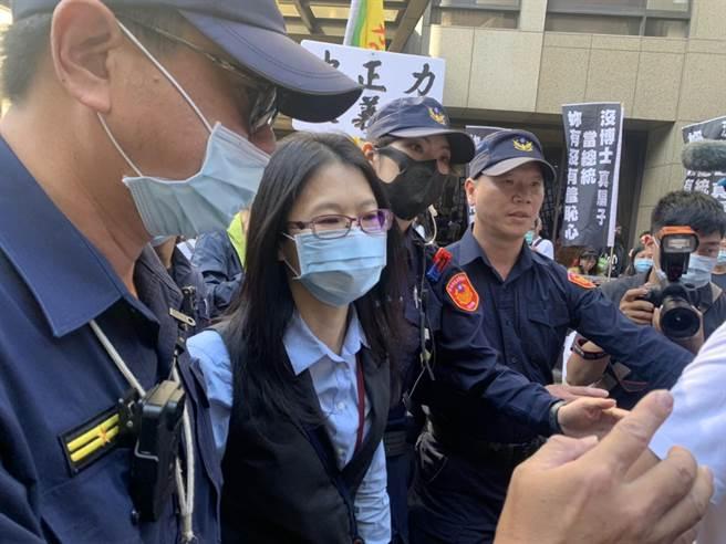 NCC主委派內容事務處陳姓專委到NCC外,接受群眾的抗議書。(趙婉淳攝)
