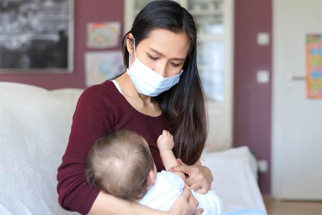 大陸一名母親在親餵母乳時,公公不迴避還來逗孫,讓她相當不舒服。(示意圖/達志影像/Shutterstock提供)