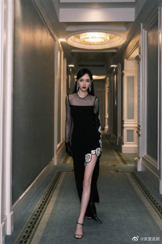 唐嫣透視裙側面高衩至臀下  跨步「腿部全開」超火辣(圖/微博@浪里追剧)