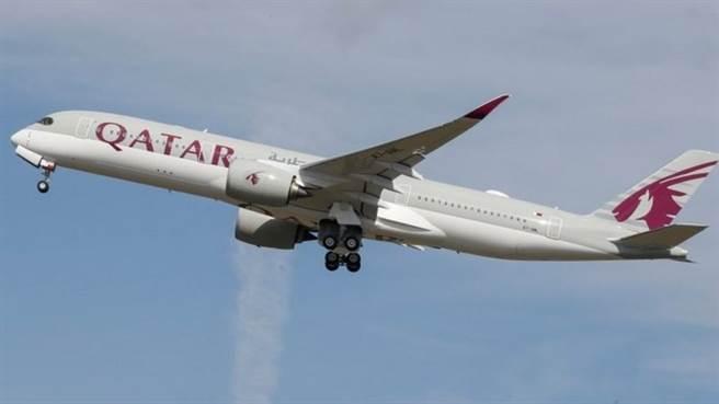 10月2日卡達國際機場發現一身份不明嬰兒,13名澳洲女乘客帶到停機坪的救護車,脫衣做侵入性檢查。(路透)